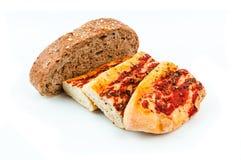 Stangenbrot und Brot auf weißem Hintergrund Stockfotografie