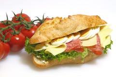 Stangenbrotbrötchen, Salami, Käse, Kopfsalat und gekochte Eier lizenzfreie stockbilder
