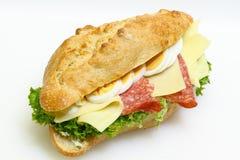 Stangenbrotbrötchen, Salami, Käse, Kopfsalat und gekochte Eier stockfotos