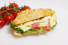 Stangenbrotbrötchen, Salami, Käse, Kopfsalat und gekochte Eier lizenzfreies stockbild