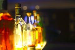 Stangenzähler mit Flaschen in unscharfem Hintergrund lizenzfreie stockfotografie