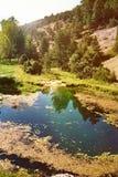 Stangnerande sjö och berg Arkivbild