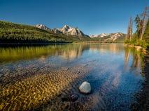 Stanley Lake i den Idaho morgonen med reflexion Royaltyfria Bilder