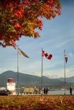 Stanley Park Fall Colors y banderas fotos de archivo