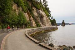 Stanley Park skyddsmur mot havet fotografering för bildbyråer