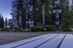Stanley Park totempålar på en kall December morgon arkivfoton