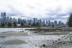 Stanley Park Vancouver med en sikt över horisonten - VANCOUVER - KANADA - APRIL 12, 2017 Royaltyfri Fotografi