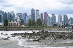 Stanley Park Vancouver med en sikt över horisonten - VANCOUVER - KANADA - APRIL 12, 2017 Fotografering för Bildbyråer