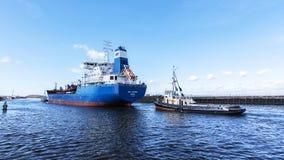 Stanlow炼油厂和布罗尼堡上油运输船如被看见从全国水路博物馆 免版税库存照片