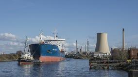 Stanlow炼油厂和布罗尼堡上油运输船如被看见从全国水路博物馆 免版税库存图片
