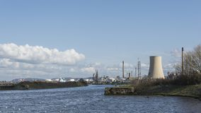 Stanlow炼油厂和布罗尼堡上油运输船如被看见从全国水路博物馆 图库摄影