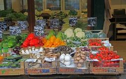 Stanna med grönsaker och champinjoner på gatamarknaden Arkivfoton