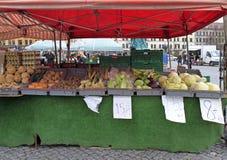 Stanna med grönsaker på gatamarknad i Malmo, Sverige Arkivbilder