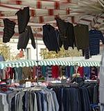 Stanna med kläder på en utomhus- kommersiell mässa Fotografering för Bildbyråer
