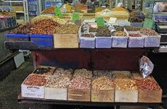 Stanna med muttrar och te på den Carmel marknaden i Tel Aviv royaltyfri foto