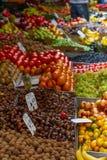 Stannar av frukt och grönsaker i grönsakshandlarestånd royaltyfria bilder