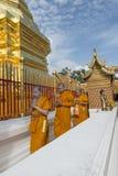 Stanno pregando per una cerimonia religiosa in tempio tailandese durante il touri Fotografia Stock Libera da Diritti