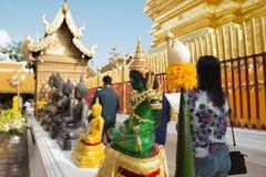 Stanno pregando per una cerimonia religiosa in tempio tailandese durante il touri Fotografie Stock Libere da Diritti
