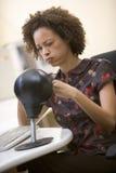 stansande kvinnor för påsedatorstansmaskin Arkivbilder