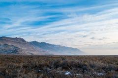 Stansbury Moutains w zimie z niebieskim niebem w tle zdjęcia royalty free