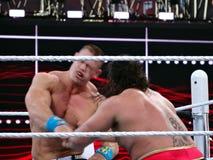 Stansmaskin för WWE-brottareJohn Cena tagande i framsida från Rusev under wre Arkivfoton