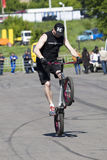 Stantman Igor Pereversev auf Fahrrad MA Stockbild