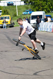 Stantman Igor Pereversev sur le vélo mA Images stock