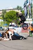 Stantman Igor Shkan auf Fahrrad Stockfoto