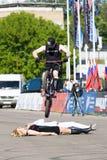 Stantman Igor Shkan auf Fahrrad Lizenzfreies Stockfoto
