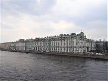 Stanu eremu muzeum Zima pałac, widok od wod Neva rzeka zdjęcia royalty free
