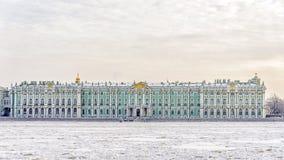 Stanu eremu muzeum zima widok od zamarzniętego Neva obraz stock