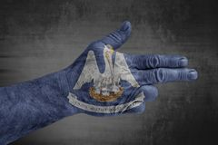 stanu USA Luizjana flaga malował na męskiej ręce jak pistolet obraz royalty free