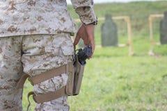 Stany Zjednoczone żołnierz piechoty morskiej przy mknącym pasmem Zdjęcia Royalty Free