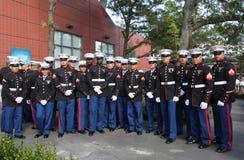 Stany Zjednoczone żołnierze piechoty morskiej przy Billie Cajgowego królewiątka Krajowym tenisem Ześrodkowywają przed unfurling f Zdjęcie Stock