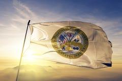 Stany Zjednoczone dział wojsko flaga tkaniny tekstylny sukienny falowanie na odgórnej wschód słońca mgły mgle obraz stock
