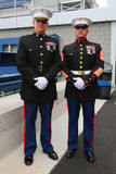 Stany Zjednoczone Morscy oficery przy Billie Cajgowego królewiątka Krajowym tenisem Ześrodkowywają przed unfurling flaga amerykań obraz royalty free