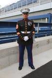 Stany Zjednoczone Morski oficer przy Billie Cajgowego królewiątka tenisa Krajowym centrum przed unfurling flaga amerykańską przy  Zdjęcia Stock