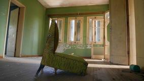 Stanza abbandonata con la sedia Fotografia Stock