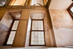 Stanza abbandonata del palazzo persiano con l'affresco storico sulle pareti Fotografia Stock