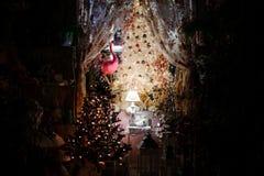 Stanza abbellita con gli elementi della decorazione di Natale e l'albero di Natale Immagini Stock