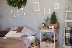 Stanza accogliente, sofà con i cuscini e comodino Fotografia Stock