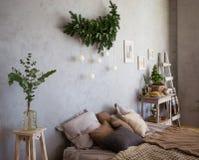 Stanza accogliente, sofà con i cuscini e regali Fotografia Stock