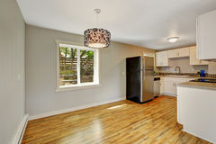 Stanza ammobiliata della cucina con area pranzante vuota Fotografie Stock