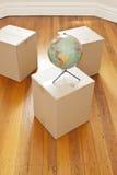 Stanza commovente del globo delle scatole Fotografia Stock Libera da Diritti