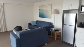 Stanza comoda del salotto in mio appartamento ad Alpha Sovereign Hotel, surfisti del nord Paradise, Queensland, Australia fotografia stock
