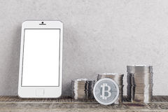 Stanza con i bitcoins ed il telefono Immagini Stock Libere da Diritti