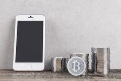 Stanza con i bitcoins ed il telefono cellulare Fotografia Stock