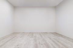 Stanza con il laminato imbiancato e la parete recentemente dipinta Fotografia Stock Libera da Diritti
