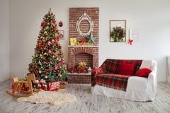 stanza con il sofà, il legno ed il camino, arredamento domestico Immagine Stock Libera da Diritti
