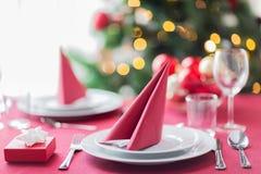 Stanza con l'albero di Natale e la tavola decorata Fotografia Stock